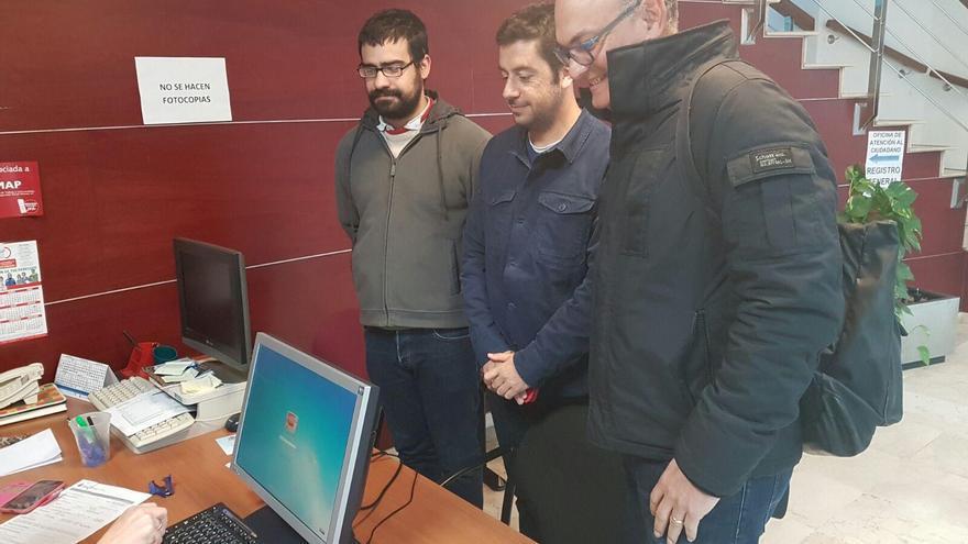 Los representantes de IUC, PSOE y CC, este lunes, registrando en documento conjunto de enmiendas al proyecto de presupuesto de 2017 del Ayuntamiento de Los Llanos de Aridane.