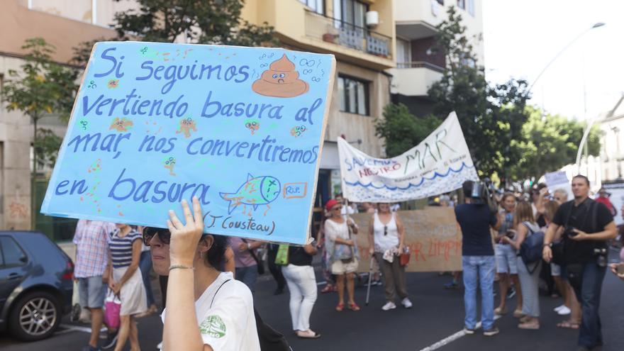 Algunas de las pancartas y mensajes exhibidos esta mañana de sábado