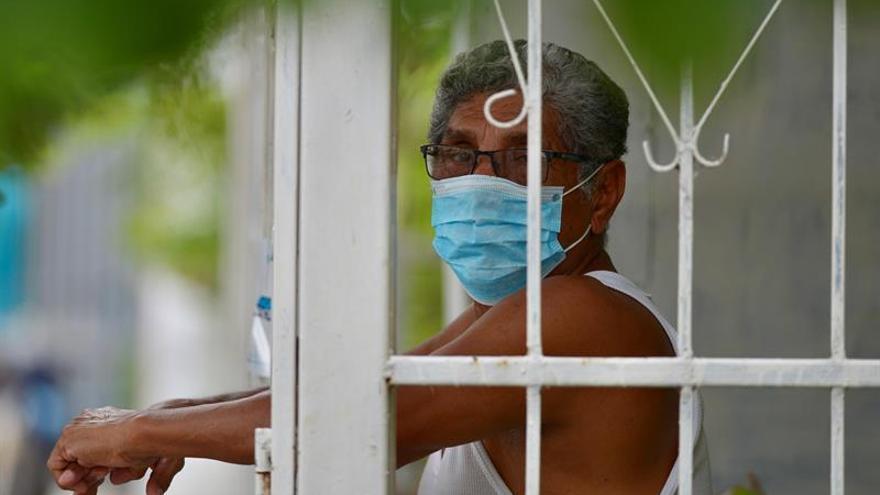 Un hombre usa una mascarilla como protección contra el coronavirus el 14 de abril de 2020 en Guayaquil (Ecuador).