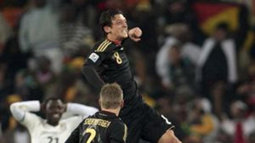 Ozil celebra el único tanto del partido ante los lamentos de la defensa ghanesa. (REUTERS)