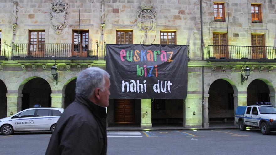 """Imagen del Ayuntamiento de Bergara (Gipuzkoa) con un cartel que dice """"Euskaraz bizi nahi dut"""" (""""Quiero vivir en euskera"""")"""