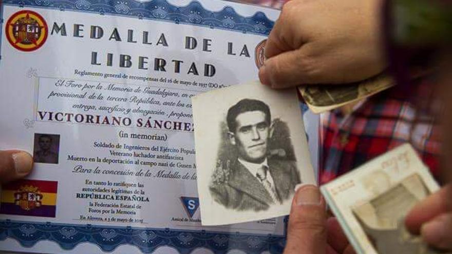 Homenaje del Foro por la Memoria de Guadalaajra a Victoriano Sánchez FOTO: Foro por la Memoria de Guadalajara