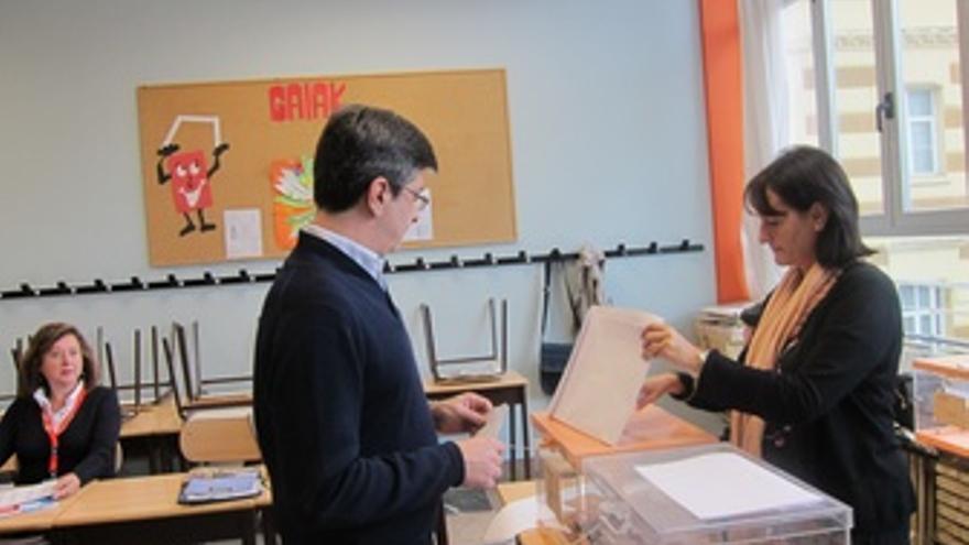 Mikel Arana Votando En Las Elecciones Generales