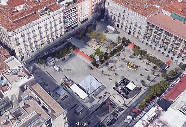 La Plaza de Pedro Zerolo, con los puntos con escaleras señalados en rojo | Fotografía: Google