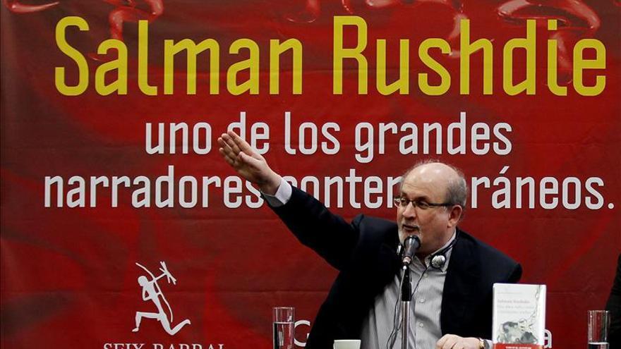 """Rushdie dice que hace cuatro años """"ISIS"""" sonaba a metáfora exagerada"""