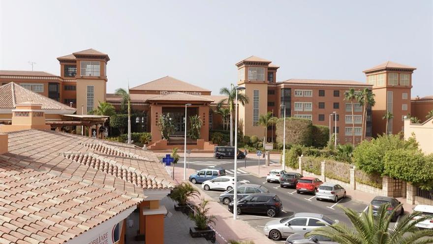 Hotel situado en Costa Adeje, cuyos clientes y trabajadores se encuentran bajo vigilancia tras dar uno de sus alojados positivo en coronavirus. EFE/Ramón de la Rocha