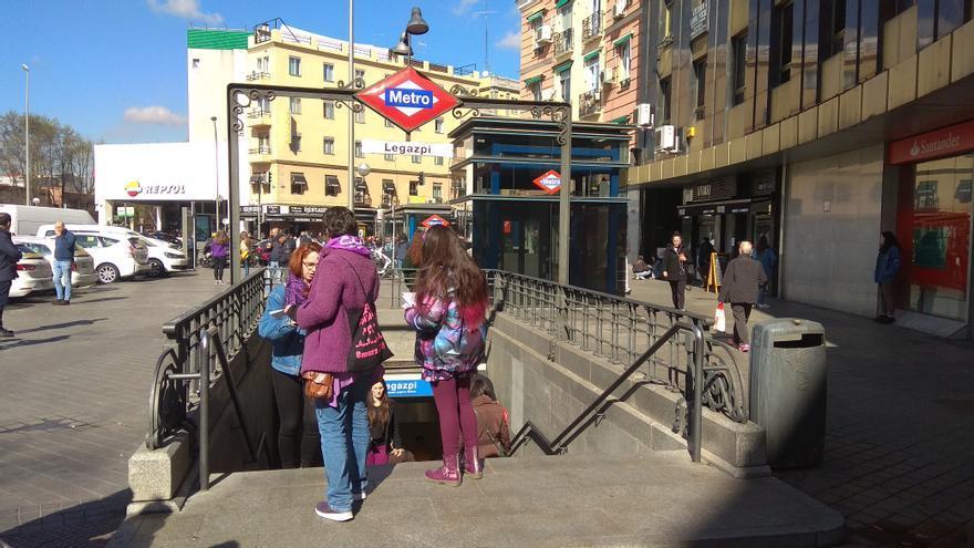 Un piquete informativo reparte información sobre la huelga feminista en una boca del Metro de Madrid.