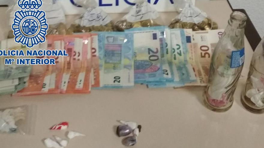 Droga y dinero intervenidos en el operativo.
