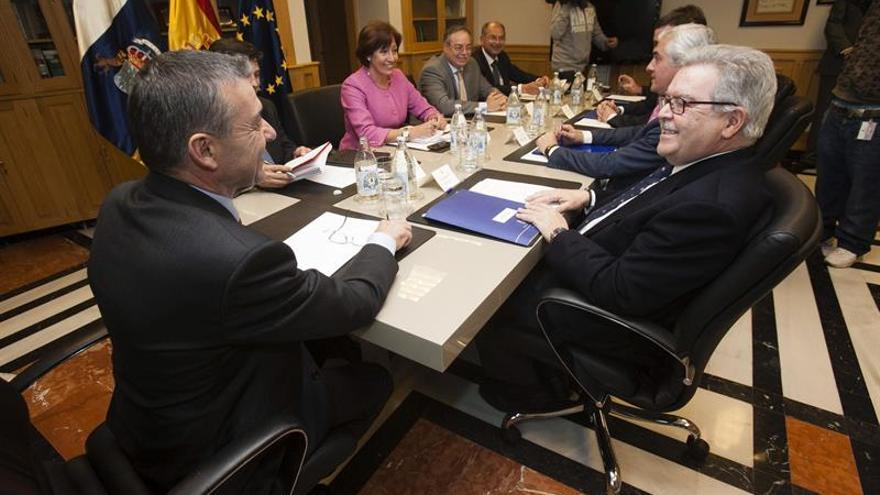 Reunión de Paulino Rivero con José Miguel Bravo de Laguna.