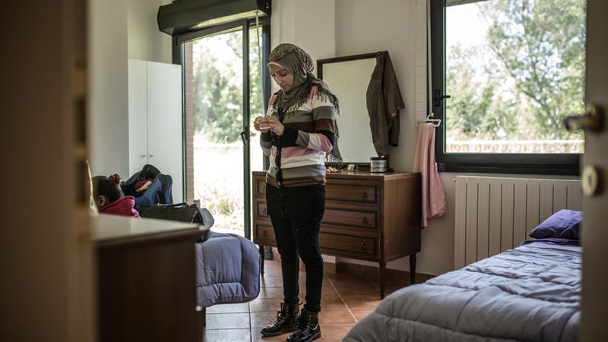 Fatem comienza a desarmar las maletas y a hacer propio este nuevo espacio. Fotografía: Pablo Tosco/Oxfam Intermón