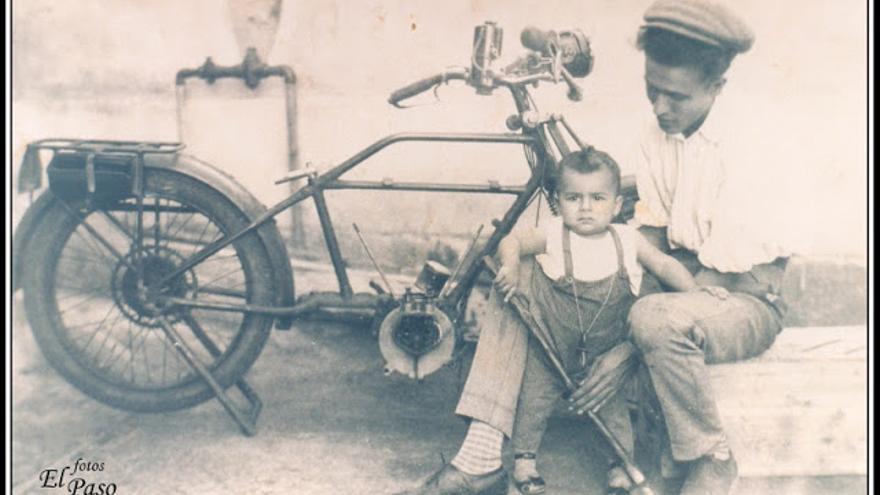 Francisco Rodríguez Betancor con uno de sus hijos.