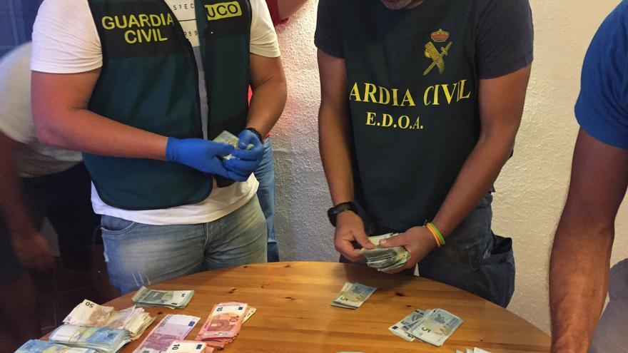 Agentes de la Guardia Civil con el dinero incautada. Foto: GUARDIA CIVIL