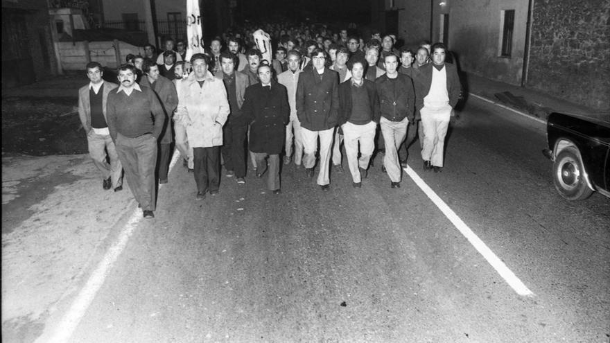 Trabajadores de AUTHI en plena marcha en la noche del 22 de diciembre de 1975. | Pablo Hojas Llama, Fondo Pablo Hojas Llama, CDIS, Ayuntamiento de Santander.