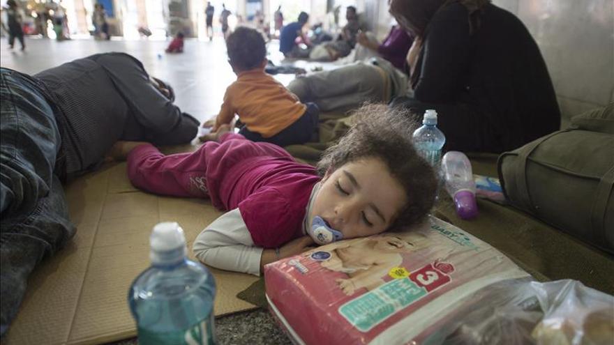 Una niña refugiada descansa en un asentamiento