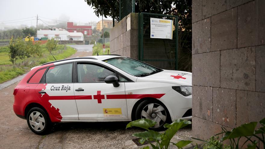 Vehículo de Cruz Roja entrando al albergue del Corvo en Moya.