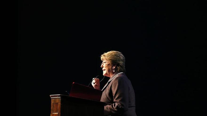 La aprobación a Bachelet cae dos puntos, al 24 por ciento, según una encuesta