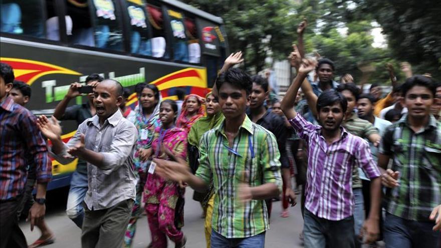 Trabajadores incendian una fábrica que produce para Zara en Bangladesh