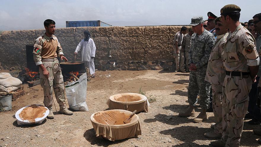 Un soldado de las fuerzas especiales de Afganistán explica como se hace el opio en una muestra de procesamiento de narcóticos en 2009 para el entonces comandante de la ISAF, el general David H. Petraeus