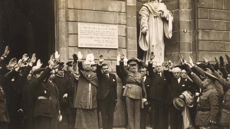 """Miquel Mateu i Pla, en el centro, en la celebración de las """"fiestas de la victoria"""" de 19 de mayo de 1939"""