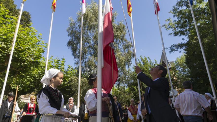 Revilla iza la bandera de Cantabria al término de su intervención en el Día de Cantabria en Cabezón de la Sal.  | Miguel López