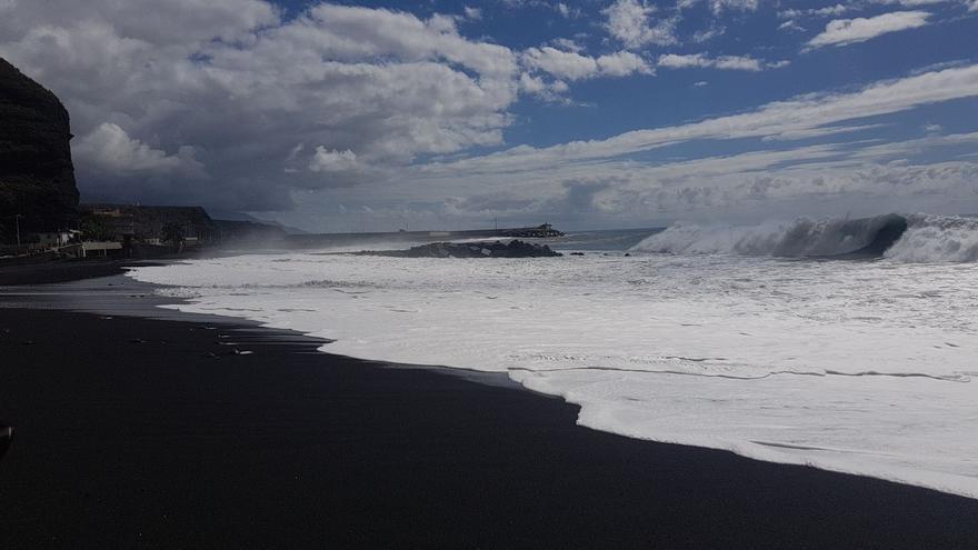 Olas en la playa del Puerto de Tazacorte, este jueves.