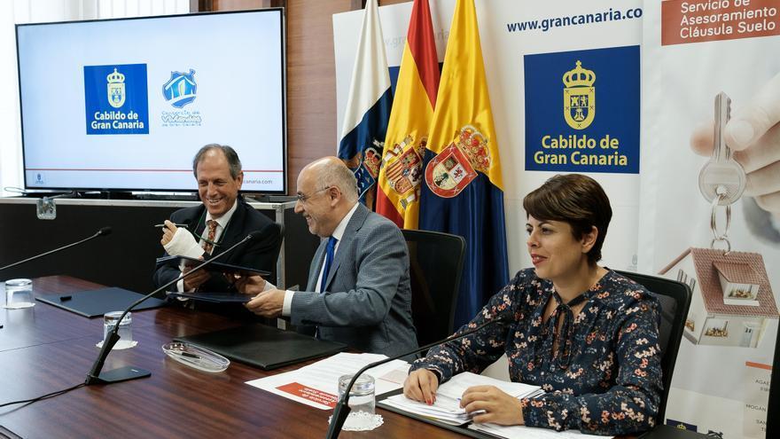 El presidente del Cabildo de Gran Canaria, Antonio Morales, junto al decano del Colegio de Abogados de Las Palmas, Rafael Massieu y la consejera de Vivienda, Minerva Alonso.