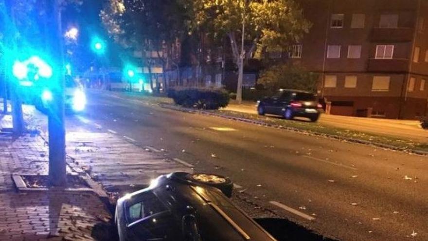 """El asfalto """"se traga"""" un coche en la calle con más tráfico de Zamora"""