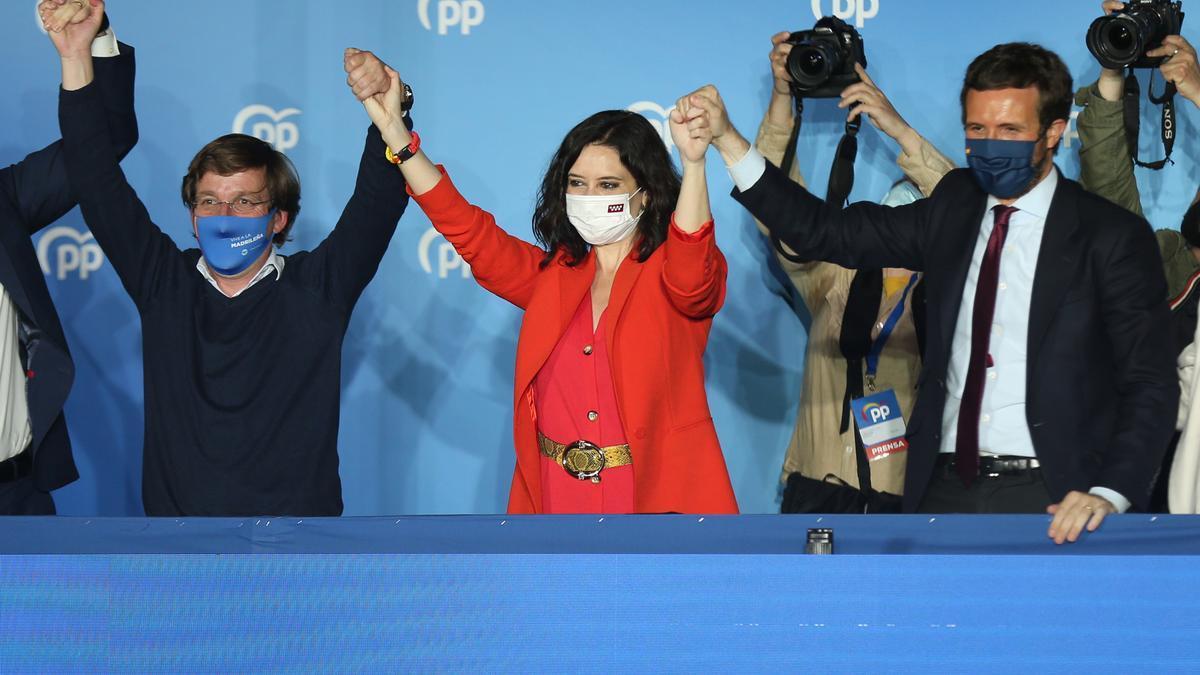 El alcalde de Madrid, José Luis Martínez-Almeida; la presidenta de la Comunidad de Madrid, Isabel Díaz Ayuso, y el presidente del PP, Pablo Casado, celebran la victoria del PP en las elecciones madrileñas. En Madrid, a 4 de mayo e 2021.