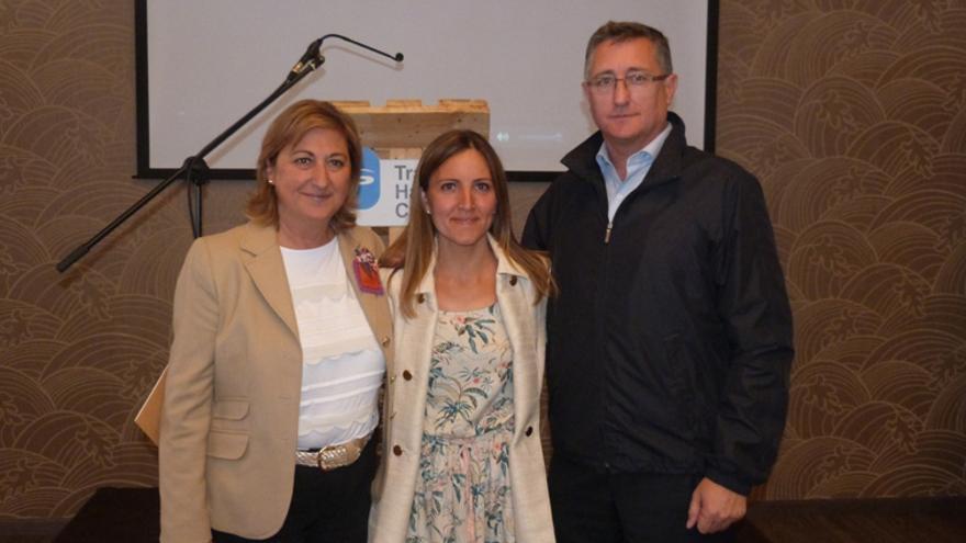 Silvia Lario (centro) con Carmen Pobo y Manuel Blasco, cabezas de lista del PP al Senado y al Congreso.