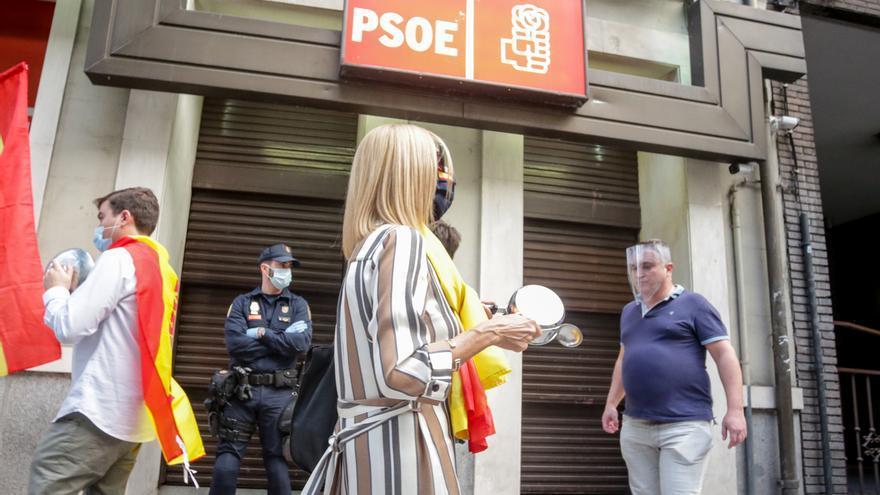 Protestas ante la sede del PSOE con gritos reclamando 'libertad' y exigiendo la dimisión del Gobierno