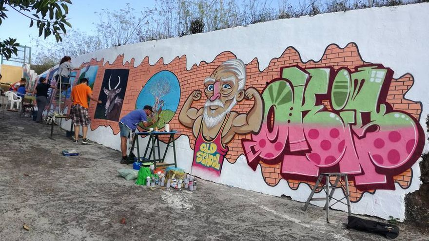 Un momento de la elaboración del mural. Foto: MAURO CASTRO.