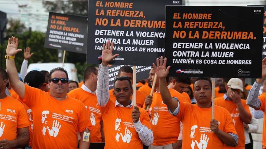 Cientos de hombres marchan para detener feminicidios en República Dominicana