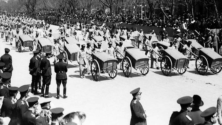 Desfile de barrenderos en Madrid en 1932.