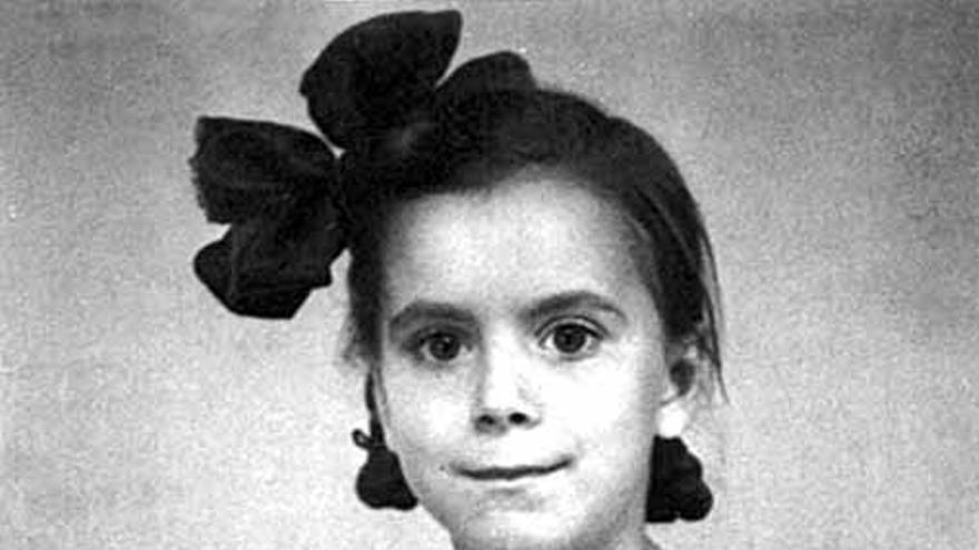 Natalia Sanmartín Polo de pequeña, en una foto tomada tras un bombardeo en Barcelona. / Foto cedida