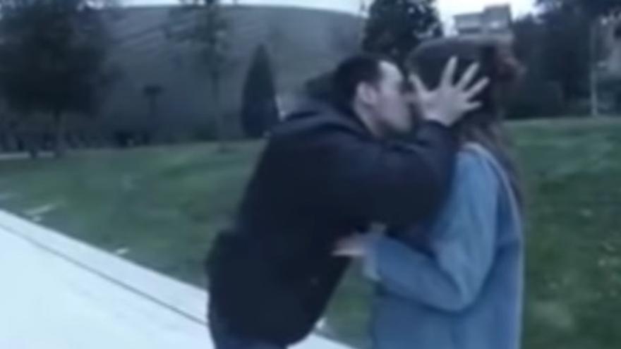 El youtuber Wilson Alfonso acosando a una de las chicas.
