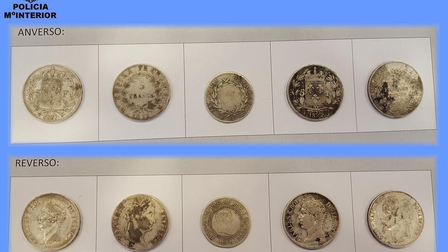 Policía Nacional recupera 16 modenas de oro y 50 de plata y las entrega al Museo de Navarra