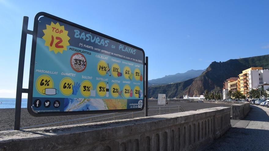 Santa Cruz de La Palma renueva los carteles de la playa para concienciar sobre su limpieza