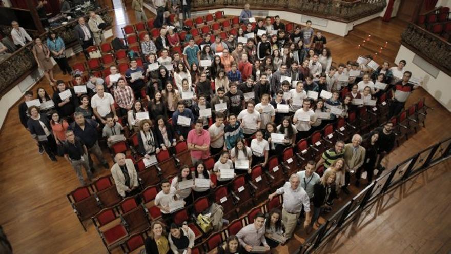 Alumnos y alumnas participantes de la actividad educativa y organizadores de la misma. Foto: Elena Mora (IAC).