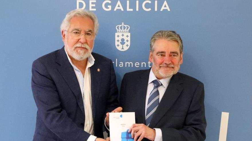 El consejero mayor del Consello de Contas de Galicia, José Antonio Redondo, entregando los informes de fiscalización de la Xunta al presidente del Parlamento de Galicia, Miguel Santalices