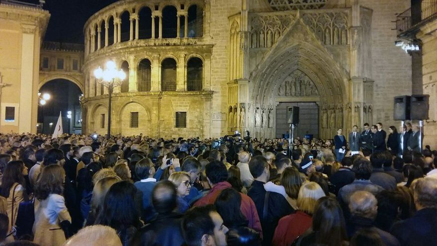 Cientos de personas se han concentrado en la plaza de la Reina en solidaridad con el pueblo francés