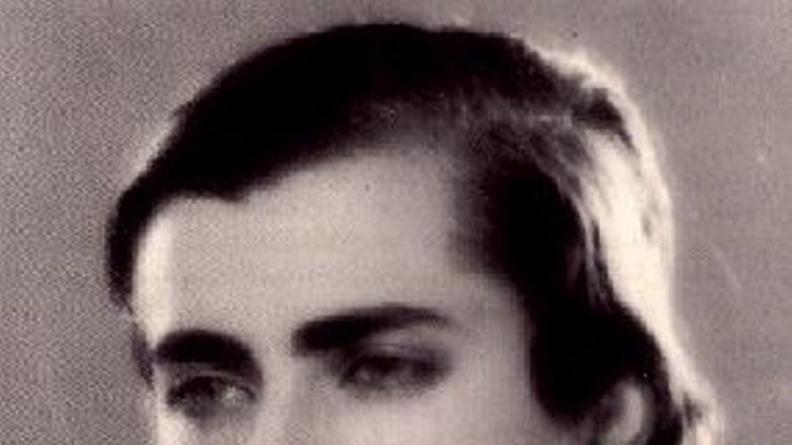 La escultora Marga Gil Roesset, en una foto dedicada a su hermana.