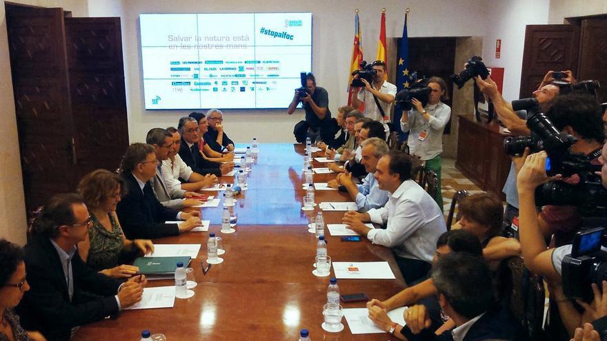 Los responsables de los medios valencianos firman el convenio #stopalfoc con el president Ximo Puig
