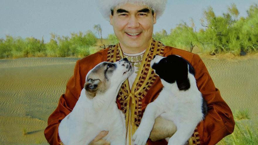 Uno de los múltiples retratos de Gurbanguly Berdimuhamedov que cuelgan en los despachos y las calles de todo el país.