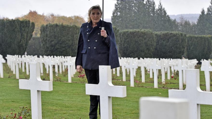 Marine LE PEN visitando el cementerio de Douaumont, la aldea destruida de Fleury frente a Douaumont y Verdun en el Monumento a la Victoria.