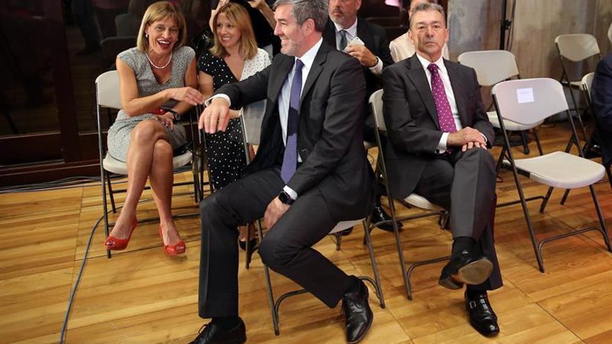 Los ex presidentes de Canarias, Fernando Clavijo (i), y Paulino Rivero, durante el acto de toma de posesión de Torres.