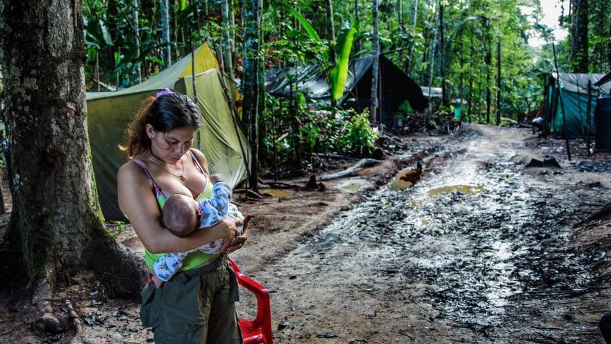 """'Colombia, (Re)Birth', serie ganadora del segundo premio de la categoría 'Problemas contemporáneos'. En esta imagen se ve a Angelina, una de las primeras exguerrilleras en quedar embarazada en el campo de transición de las FARC en San José del Guaviare, Colombia. Se unió a las FARC a los 11 años, llamándose a sí misma """"Olga"""", después de que su padrastro intentara abusar de ella."""