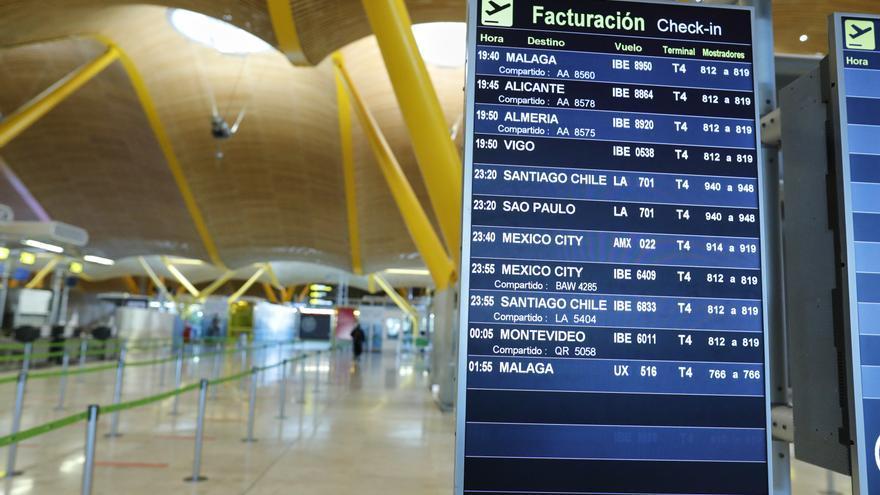 Paneles informativos de la T4 del Aeropuerto de Madrid-Barajas Adolfo Suárez durante el primer día con nuevas restricciones en la movilidad, en Madrid, (España)