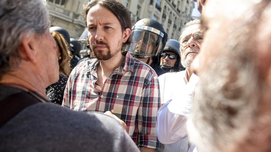 Pablo Iglesias habla con pensionistas concentrados junto al Congreso el pasado miércoles.