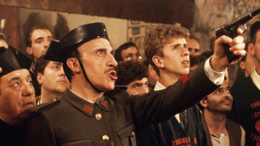 Fotograma de la película 'Amanece que no es poco' José luis Cuerda
