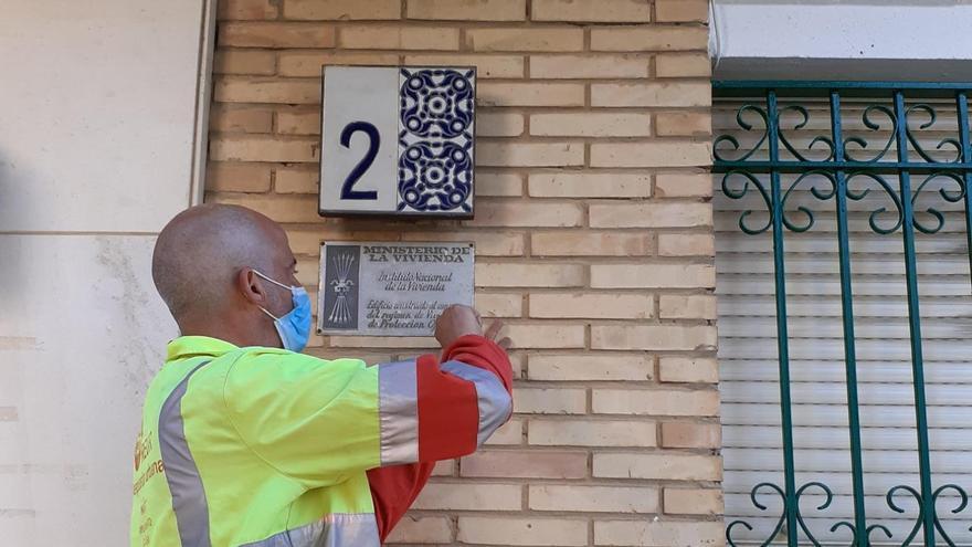 Retirada de una placa franquista en cumplimiento de la Ley de Memoria Histórica